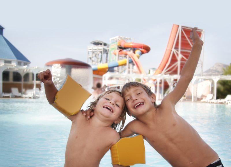 jongens in zwembad korting pretpark